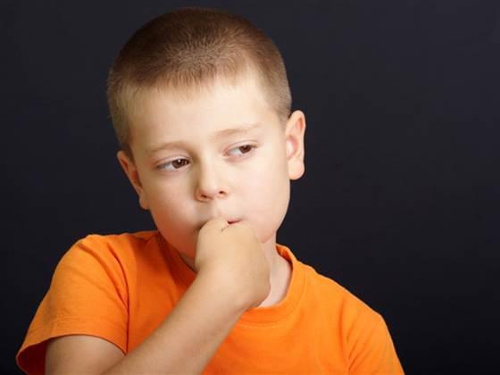 Ребенок грызет ногти — что делать?